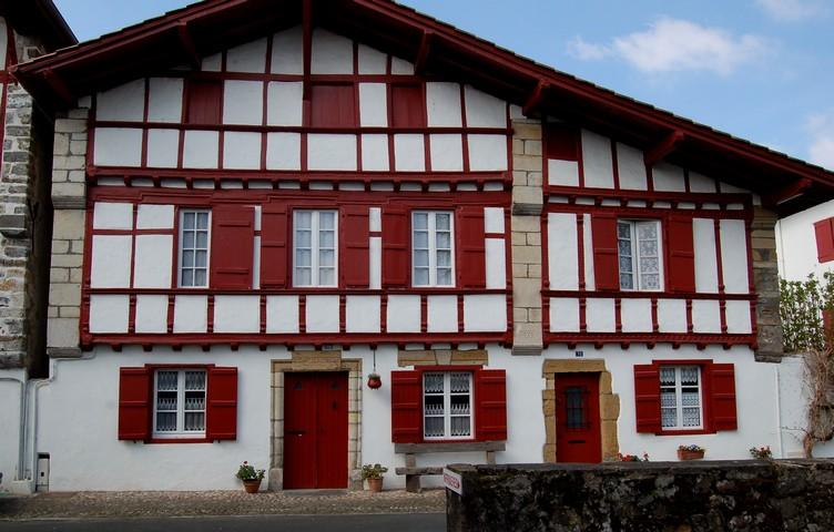 Architecture dans les hautes pyr n es - Maison volet rouge basque ...